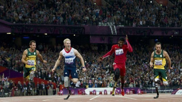 Cuatro competidores de atletismo