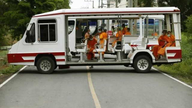 Monks in buggies block the road to the Dhammakaya Temple in Pathum Thani (16 June 2016)
