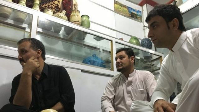 Mohammad Ismail en su tienda de antiguedades