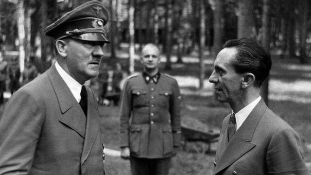 گوبلز و هیتلر بعد از سوءقصد به جان هیتلر در ۱۹۴۴