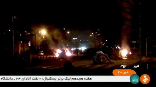 تلویزیون ایران با پخش تصاویری از تخریب اموال عمومی و اغتشاش انتقاد کرده است