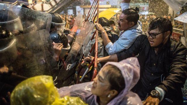Người biểu tình đụng độ cảnh sát hôm 16/10/2020 ở Bangkok