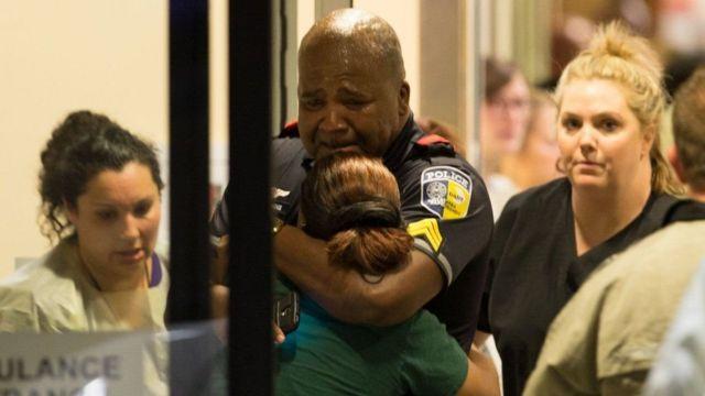 Un policía de la unidad de tránsito llora en la entrada de la emergencia del Hospital Universitario Baylor.