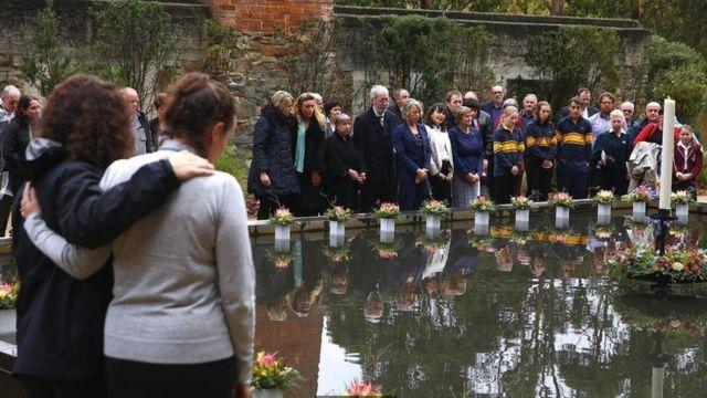 """1995年发生的""""亚瑟港枪杀惨案""""中有三十五人丧生。惨案发生后澳大利亚政府立即更改枪支管理法律,削减公民持有枪支的数量。图中是惨案发生后二十周年哀悼活动。"""