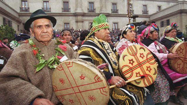 Indígenas mapuches en el Palacio de la Moneda en 1999.