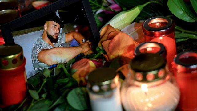 Saldırıya uğrayan mekanların önüne fotoğraflar, çiçekler ve mumlar bırakıldı
