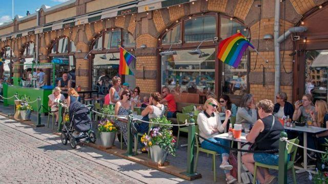 عدد من الأشخاص يجلسون في مقهى في الشارع