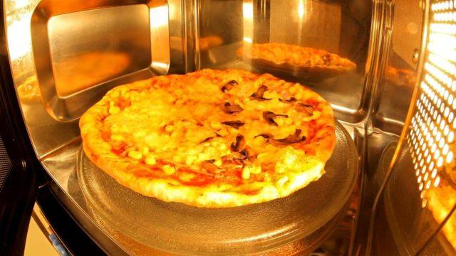 Пицца после микроволновки выглядит вялой и непропеченной, потому что воздух там недостаточно сух и жидкость изнутри блюда не испаряется