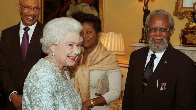 La reina Isabel II y el gobernador general de Belice, Colville Young, en el Palacio de Buckingham en 2012.