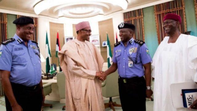 Sufeto Janar na 'yan sandan Najeriya, Idris Ibrahim, a lokacin da yake gaisawa da shugaban kasar, Muhammadu Buhari