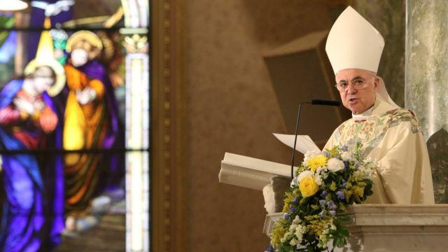 Arcebispo Carlo Maria Vigano em missa, em foto de 2015