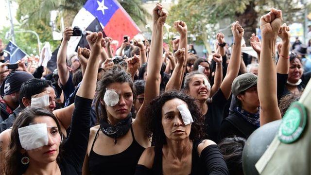 Demonstrasi dengan memakai penutup mata di Chile.