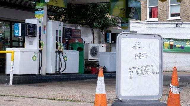 Gasolinera cerrada en Reino Unido por la crisis de combustible.