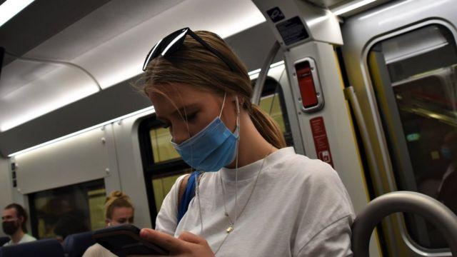 жінка потяг маски