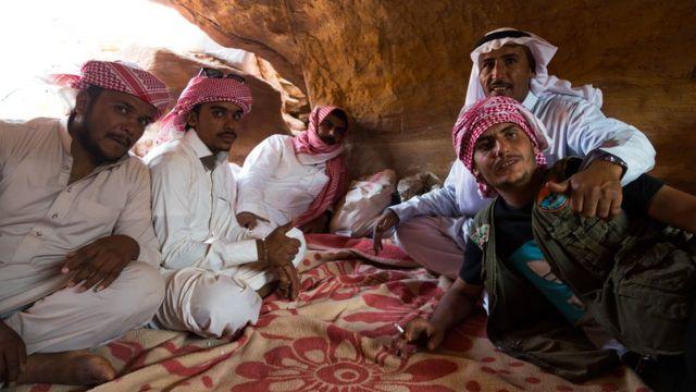 Članovi plemena sede u pećini