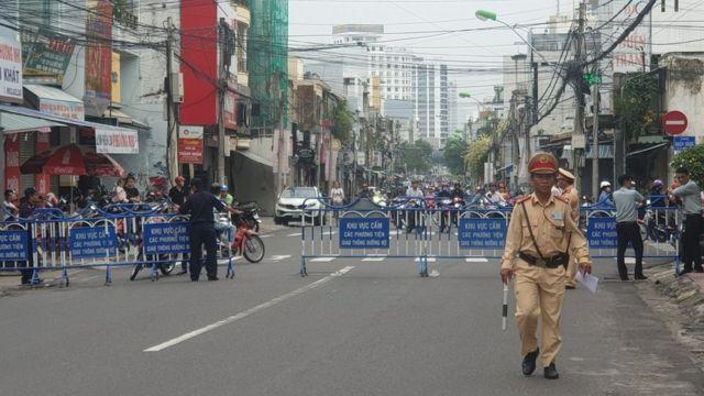 Công an chặn xe nhiều tuyến đường quanh tòa án