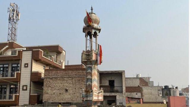 मस्जिद की मीनार पर झंडे