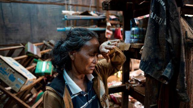 ร้านค้าของหญิงชาวลาวผู้นี้ได้รับความเสียหายโดยสิ้นเชิงจากเหตุเขื่อนแตก