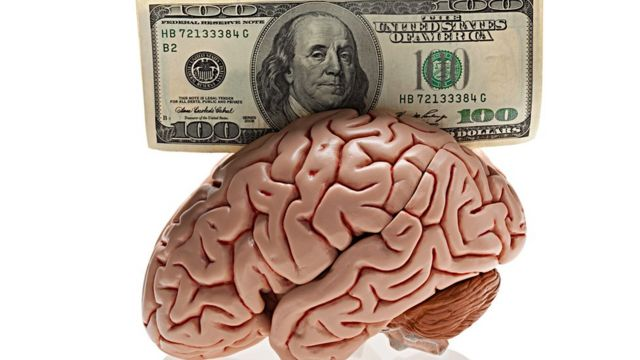 Un cerebro con un billete de US$100