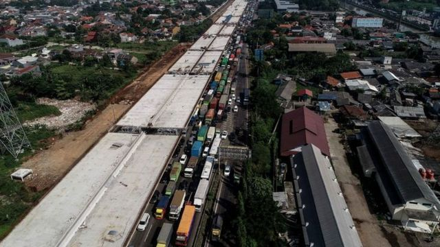 Jarak sambungan muai antarbentang jalan/jembatan (expansion joint), saat proses pembangunan Jalan Tol Layang Japek II pada Rabu pagi (22/5).