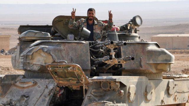 شادی سرباز ارتش سوریه از باز پس گیری دیرالزور