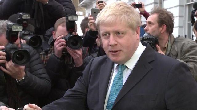 ロンドン北部の自宅外で報道陣を前にしたジョンソン市長