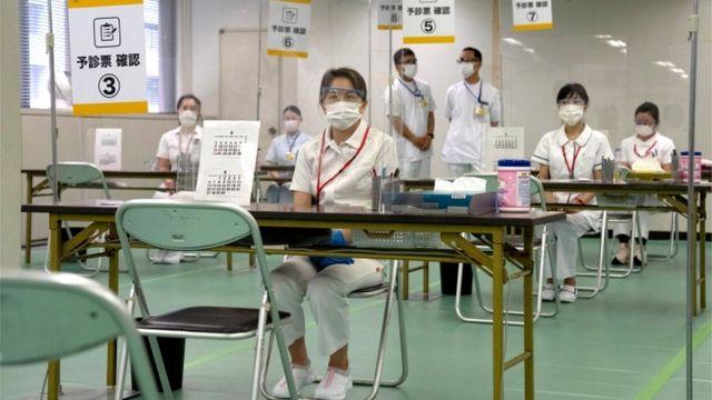 Enfermeiros esperam pacientes que receberão vacina contra covid-19