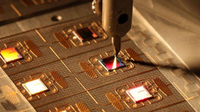 Fabricación de microchips para pasaportes electrónicos en Moscú, Rusia.