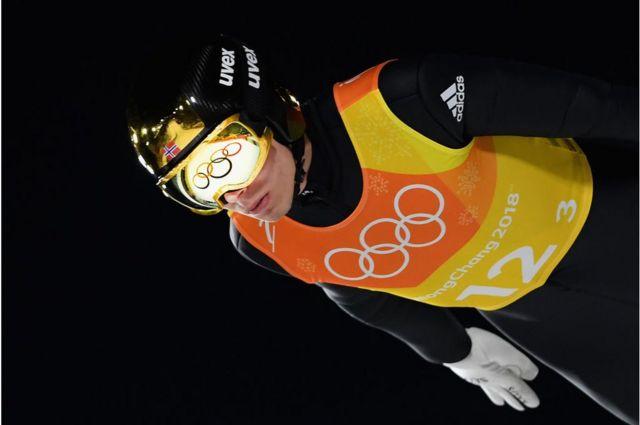 Johan Andre Forfang iz Norveške tokom skijaškog skoka na Zimskim olimpijskim igrama u Pjongčangu 2018. godine.