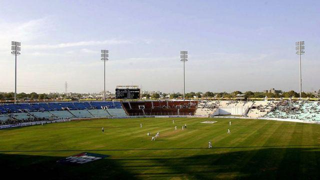 2001માં અમદાવાદના મોટેરા ક્રિકેટ સ્ટેડિયમ ખાતે યોજાયેલી ભારત અને ઇંગ્લૅન્ડની મૅચની તસવીર