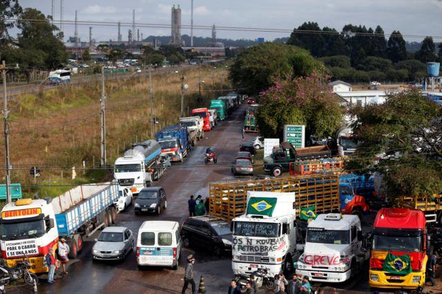 Imagem mostra caminhões e outros veículos parados em estradas