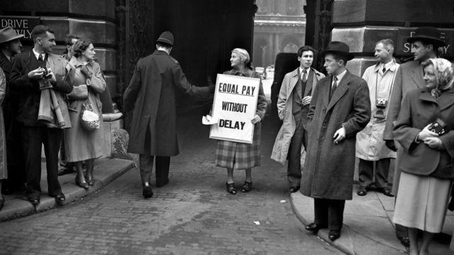 Женщина протестует против неравной оплаты труда в Лондоне в 1952 году