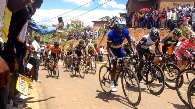 Abasiganwa bazengurutse igihugu mbere yo gusoreza isiganwa mu murwa mukuru Kigali
