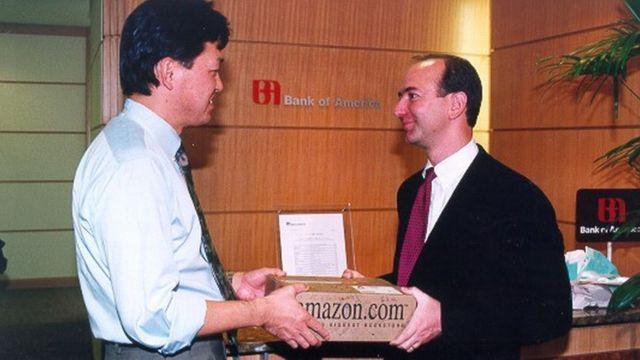 Джеф Безос особисто доставляє покупку мільйонному корситувачу Amazon у 1997 році - тоді це було неабияким досягненням