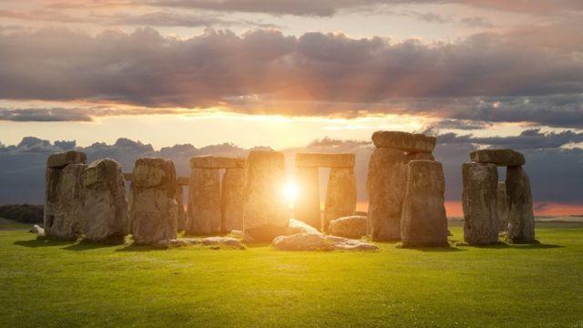 استونهنج یکی از محبوبترین جاذبههای گردشگری بریتانیا و از اسرارآمیزترین بناهای تاریخی جهان به شمار میرود