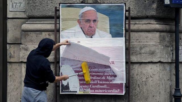Papa'ya karşı sokaklara asılan eleştirel posterler, hızlıca kapatıldı.