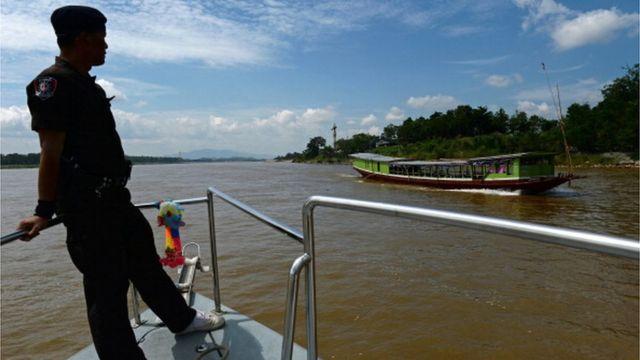 เจ้าหน้าที่หน่วยเรือรักษาความสงบตามลำน้ำโขงขณะออกลาดตระเวณแม่น้ำโขงแถบอำเภอเชียงแสน