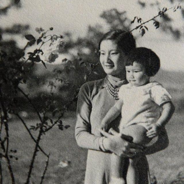 Hoàng Hậu Nam Phương với thái tử Bảo Long trong album gia đình