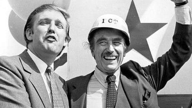 Donald Trump con su padre, Fred Trump, en 1982.