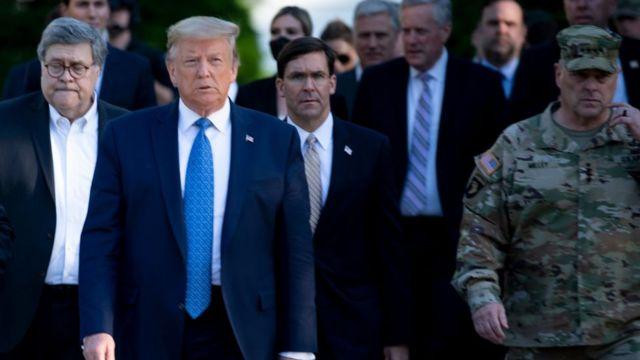 Mark Milley (a la izquierda) y Donald Trump.