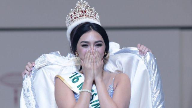 كايلي فيرزوسا ملكة جمال الأمم أثناء تتوجيها على يد ملكة الجمال السابقة