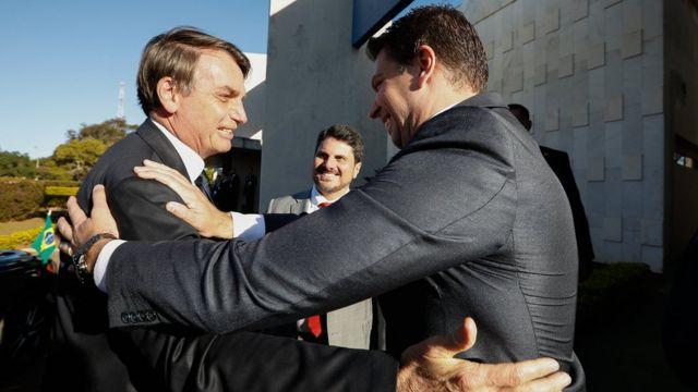 Bolsonaro cumprimenta Ramagem na posse do entao chefe da Abin, em julho de 2019