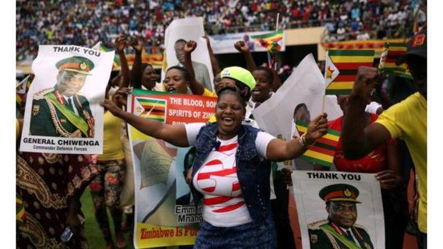 Raia wakimshangilia rais Mpya wa Zimbabwe Emmerson Mnangagwa