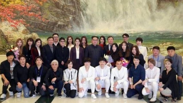 Kim Jong-un com músicos