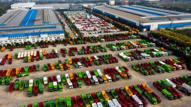 Veículos pesados em uma fábrica na China