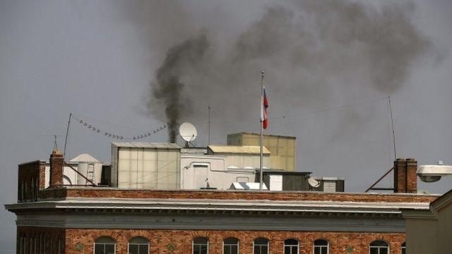чорний дим над будівлею консульства Росії у Вашингтоні