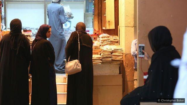 Mulheres compram incenso no souq de Mutrah, em Mascate