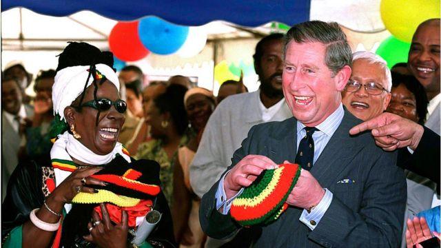 El príncipe Carlos sonríe al lado de Rita Marley, la viudad de Bob.