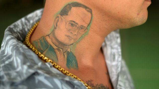 プミポン国王の肖像を入れ墨にした男性(7日、タイ・プーケットで)