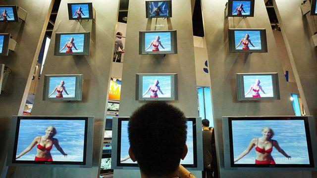Un hombre mira pantallas en China